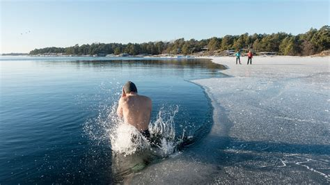 This Is What Happens to Your Body During a Polar Bear Plunge